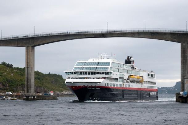 foto,photo,fotografie,photography,bilder,pictures,reisen,travel,sightseeing,besichtigung,Norwegen,Norway,kristiansund,Sørsundbrua,Hurtigruten,Schiff,ship,brücke,bridge